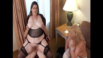 Две толстые дамы трахают один член