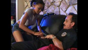 Одинокая темнокожая девушка соблазнила офицера полиции