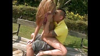 Синди зажигает с азиатом в парке