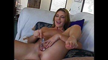 Великолепная зрелая дама мастурбирует с фаллоимитатором