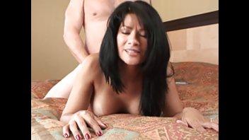 Мужик отдыхает с грудастой любовницей в отеле