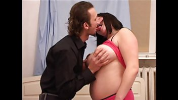 Тощий чувак обрабатывает пухлую самку