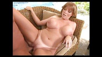 Грудастая принимает в попу на плетеном диване