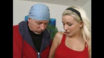 Молодая блондинка побаловала мужика своим упругим телом на бильярдном столе