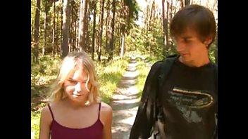 Молодая пара развратничает в лесу
