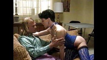Сексуальная леди в синем белье залезла на блондина