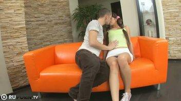 18-летняя студентка порется как шлюха на оранжевом диване