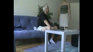 Старый трахает грудастую на диване