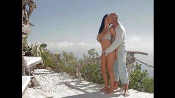 Лысый чел и молодая брюнетка показали чувственный секс на свежем воздухе