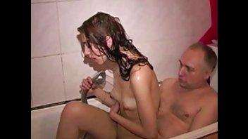 Молодая девушка в ванной имеет секс со зрелым мужчиной
