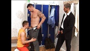 Три гея в раздевалке