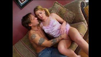 Молодая блондинка заглатывает толстый член перед сексом в попу
