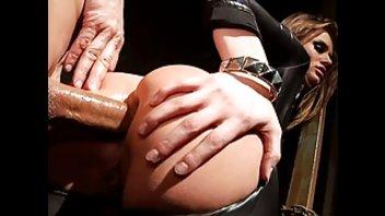 Сексуальная тёлочка в латексе трахнула чувака в костюме