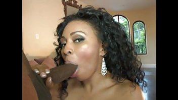 Темнокожая сучка с большой аппетитной задницей трахается с черным бугаем
