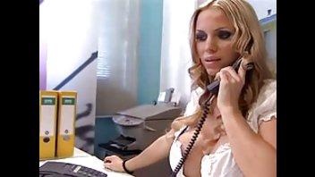 Силиконовая блондинка раздвигает ноги в офисе