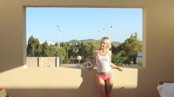 Белокурая молодка на балконе