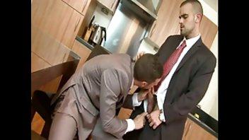 Мужчины в костюмах перепихнулись на кухне