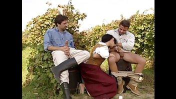Брюнетка подставляет свои сладкие дырочки на винограднике