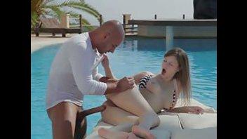 Лысый чел шпилит молодую особу с небритой киской у бассейна