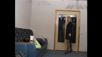 Зрелая сука предложила парню заняться развратным делом на диване