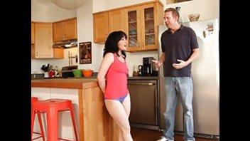 Грудастая герла ебется с мужиком на кухне