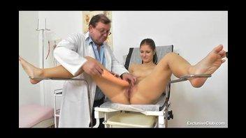 Тёлка раздвинула ноги на приёме у гинеколога