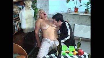 Предприимчивый юнец напоил зрелую даму и присунул в мохнатку