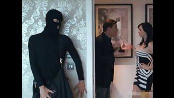 Вор в маске пробрался в дом и трахнул сексуальную хозяйку
