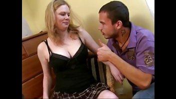 Аппетитная самка с бритой киской широко раздвинула ножки