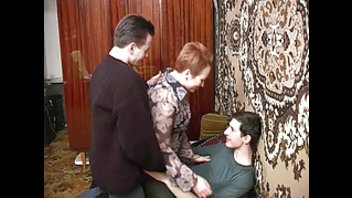Зрелая домохозяйка обслужила двух похотливых самцов