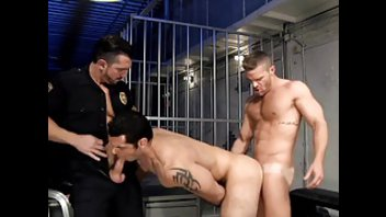 Бурное гейское порно с накаченными мужиками в тюряге