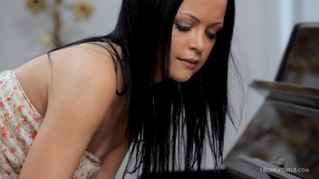 Темноволосая красотка Мелани