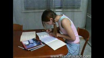 Милую студентку с маленькой грудью жестко выебли прямо на столе