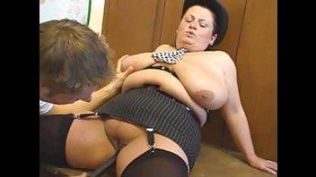 Большая тётя из полиции выебана на столе