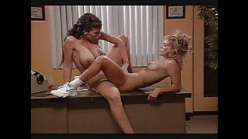 Лесбияночки предались страстным любовным утехам на столе