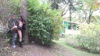 Монику трахнули в парке
