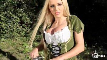 Горячий видеоклип с возбуждающей блондинкой Катей Самбукой