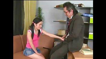 Преподаватель в очках прокатил на члене стройную молоденькую красотку