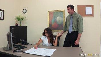 Знойная секретарша организовала досуг заждавшегося клиента