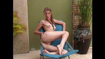 Обворожительная стройная девушка демонстрирует свои прелести у бассейна