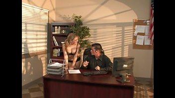 Начальник трахает свою секретаршу прямо на рабочем столе
