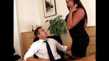 Начальник устроит порку для своей пышногрудой секретарши