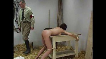 Мужик привязал давалку к столу и хардкорно ее наказал