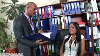 Секретарша накосячила с документами и телом отработала ошибку