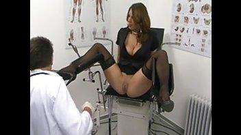 Сука с раздолбанными дырками потрахалась со своим гинекологом