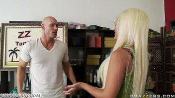 Блондинка с огромными дойками была наказана лысым мужиком