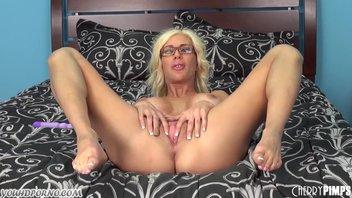 Блондинистая мамаша повеселилась на кровати с фаллоимитатором