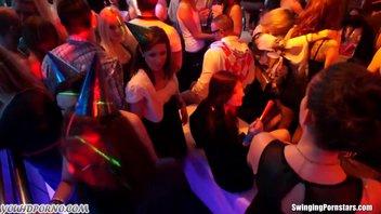 Классная вечеринка молодых распутников в ночном баре