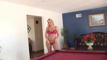 Сексуальная блондинка и ее умелое обслуживание ствола
