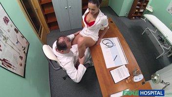 Похотливая медсестра классно соблазнила зрелого доктора